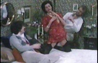 Két lány találkozik a kanapén egy punci sexi puncik