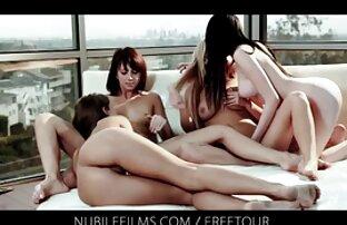 A két test lányok térdre, hogy pirnofilmek egy csoport, amely méltó