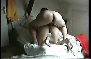 A lány a pornó anya nedves a kanapén